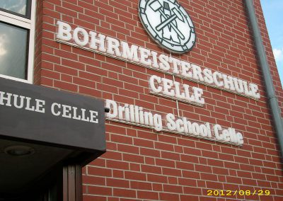 Buchstaben am Gebäude