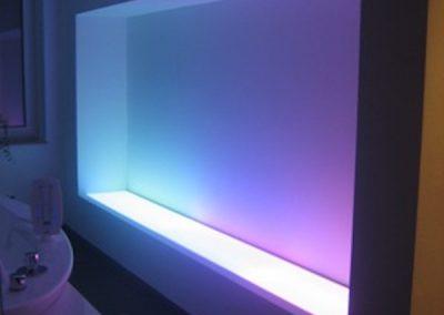 Eingelassene Wand mit Lichtablage