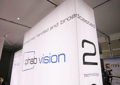 Raumgestaltung mit deckenhohen Leuchtsäulen Phab Vision