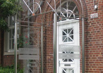 An Tür angepasstes Vordach