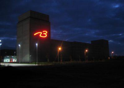 Leuchtender Schriftzug bei Nacht