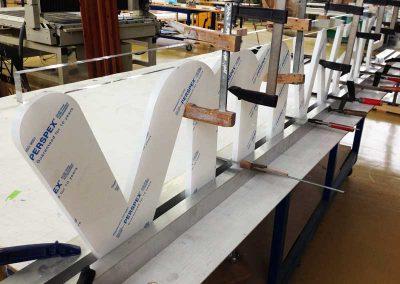 Produktionseinblick Herstellung Schriftzug lasergeschnitten 20 mm Acrylglas weiss satiniert