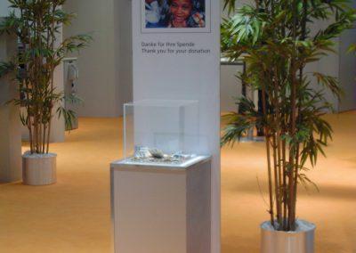 Unicef Infostand mit Spenden-Behälter