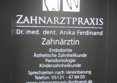 Zahnarztpraxis Schild leuchtend